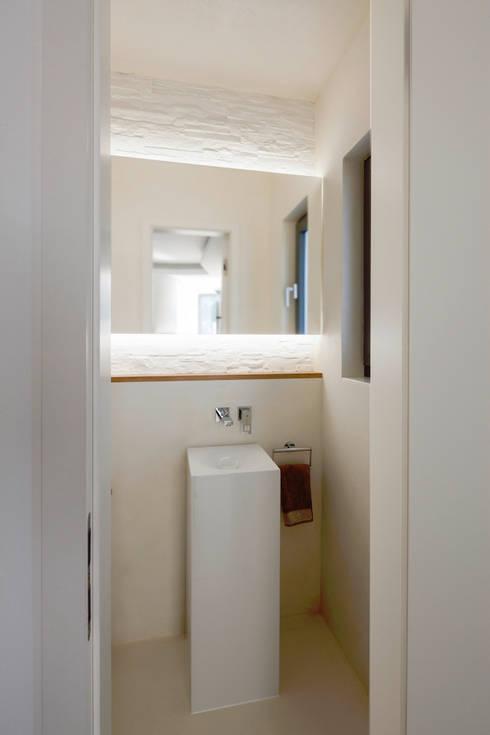 Gäste-WC: moderne Badezimmer von in_design architektur