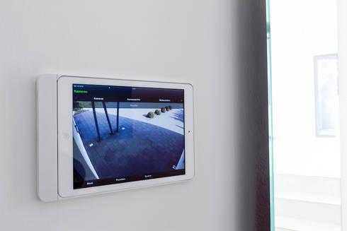 Smart - Home Bedienung über ein Tablet : moderner Multimedia-Raum von in_design architektur