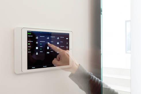 Bedienung Smart Home im Eingangsbereich :  Flur & Diele von in_design architektur