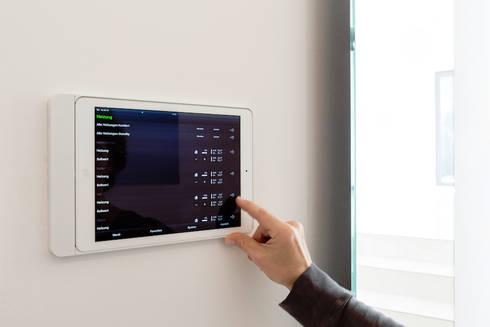 Smart Home - Steuerung des Raumklimas zur Optimierung von Verbrauch und Komfort :  Flur & Diele von in_design architektur