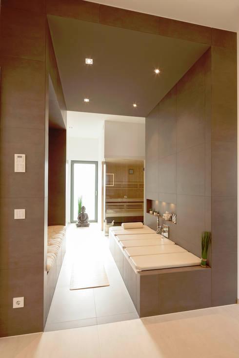 Master-Bad im Obergeschoss mit Saunakabine:  Spa von in_design architektur