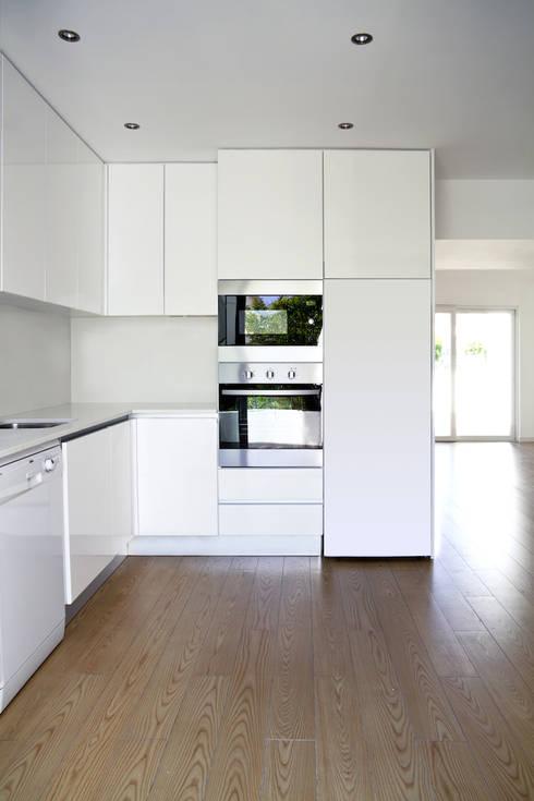 moradia JE: Cozinhas  por involve arquitectos