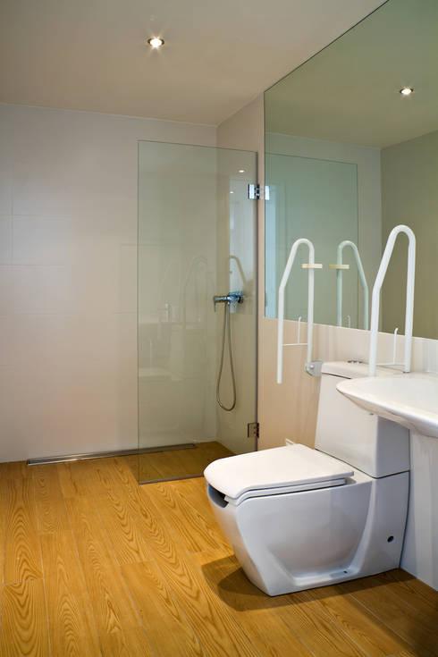 moradia JE: Casas de banho  por involve arquitectos