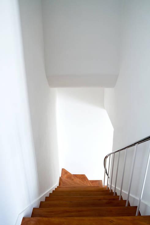 moradia JE: Corredores e halls de entrada  por involve arquitectos