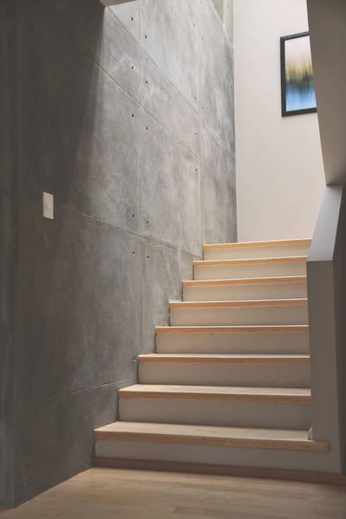Soledad: Pasillos y recibidores de estilo  por CuboB Arquitectura de Interiores