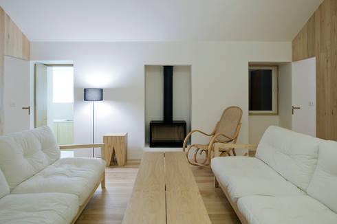 Casa Clara: Sala de estar  por BICA Arquitectos