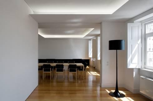 Casa Príncipe Real: Salas de jantar minimalistas por BICA Arquitectos