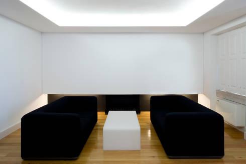 Casa Príncipe Real: Salas de estar minimalistas por BICA Arquitectos