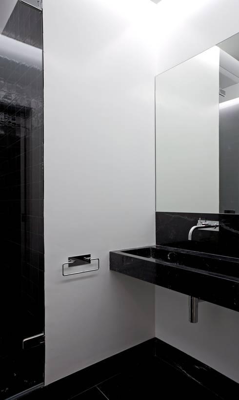 Casa Príncipe Real: Casas de banho minimalistas por BICA Arquitectos