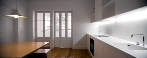 Casa Príncipe Real: Cozinhas minimalistas por BICA Arquitectos
