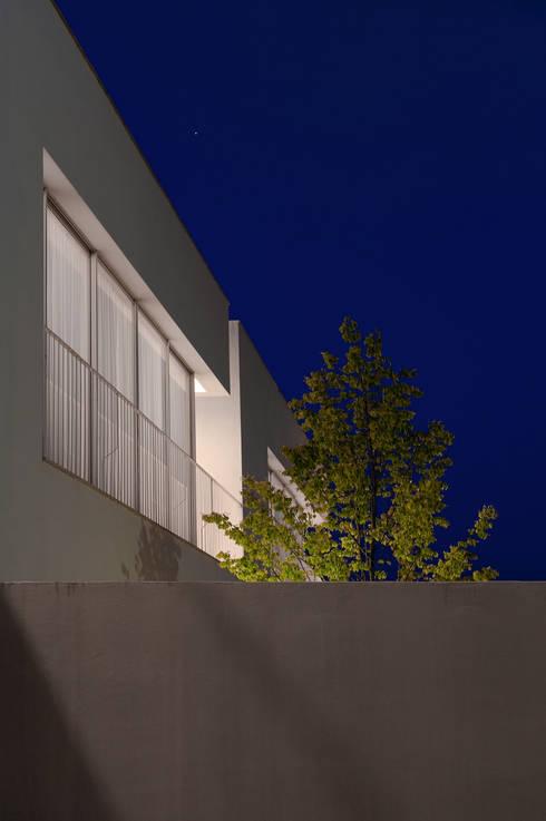 3 Casas para 3 Irmãs: Casas minimalistas por BICA Arquitectos