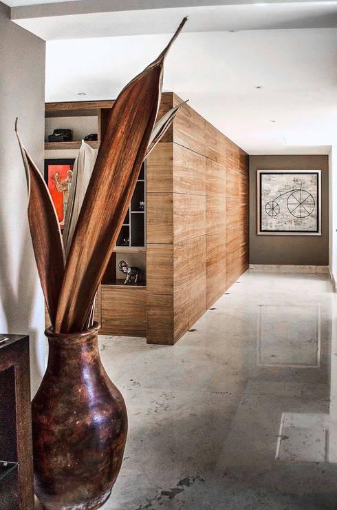 Pasillo : Paredes y pisos de estilo moderno por Estudio Negro