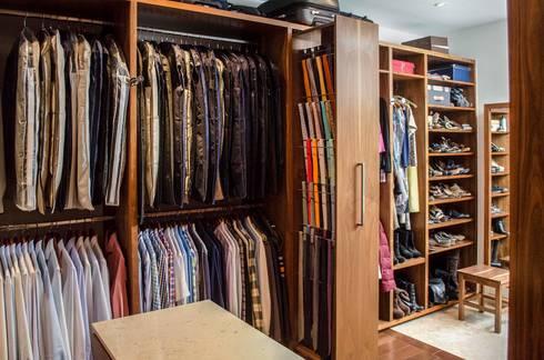 Closet: Vestidores y closets de estilo moderno por Estudio Negro