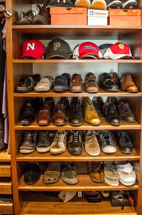 Zapatero: Vestidores y closets de estilo moderno por Estudio Negro