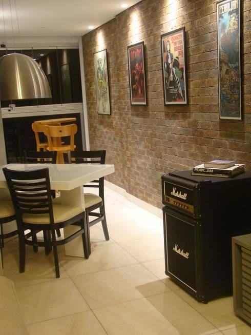 Frigobar do musico: Salas de jantar minimalistas por juliana lana e oziel alvernaz