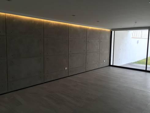 Teques 154: Salas de estilo moderno por SANTIAGO PARDO ARQUITECTO