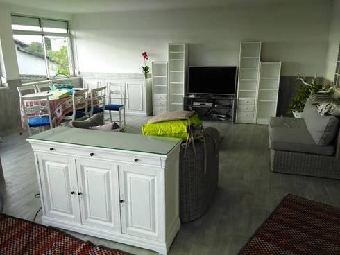 Em acabamentos...: Sala de estar  por Armazém 9