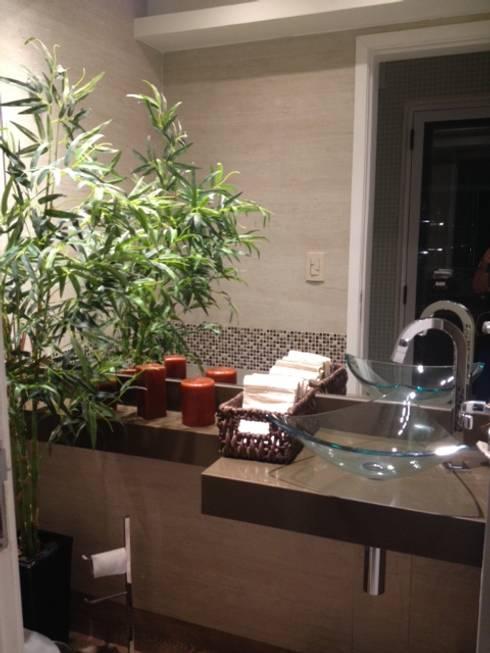 Lavabo da área de lazer: Banheiros tropicais por Studio HG Arquitetura