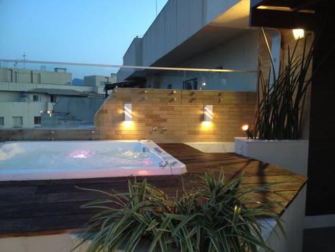 Deck da hidro-spa.: Spas tropicais por Studio HG Arquitetura