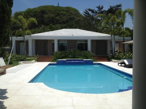 Residência Itaúna: Piscinas tropicais por Studio HG Arquitetura