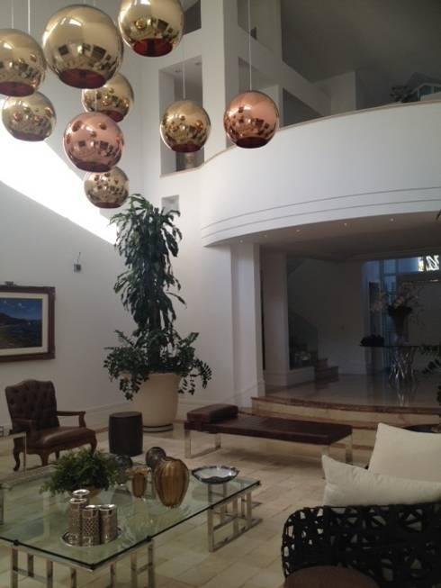Residência Itaúna: Salas de estar ecléticas por Studio HG Arquitetura