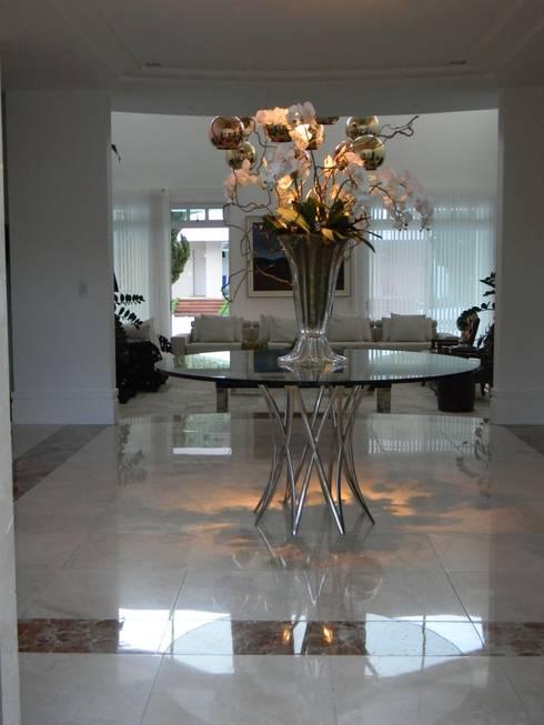 Residência Itaúna: Corredores e halls de entrada  por Studio HG Arquitetura