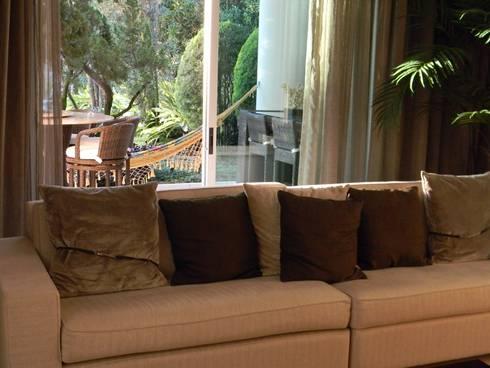 Residência Itaúna: Salas multimídia ecléticas por Studio HG Arquitetura
