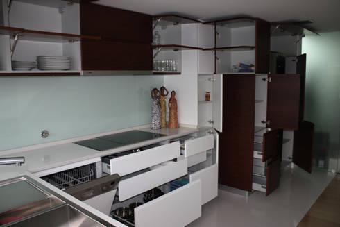 Remodelação Apartamento: Cozinhas minimalistas por sergiovazsousaarquiteto
