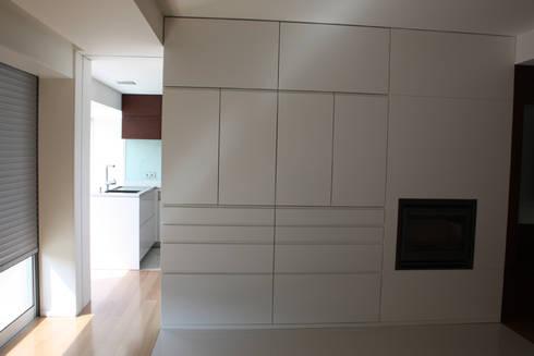 Remodelação Apartamento: Salas de jantar minimalistas por sergiovazsousaarquiteto