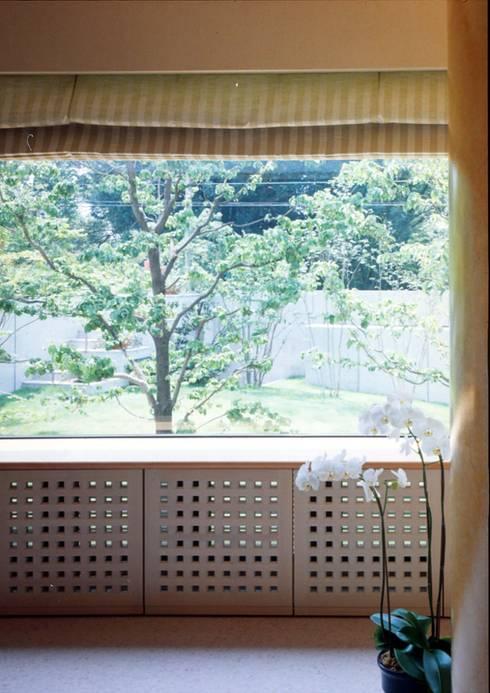 建築家住宅 神奈川 東京 湘南 葉山|Mアーキテクツ一級建築士事務所 | 建築家 前田康憲 | 田園調布の美術館のような建築家住宅: Mアーキテクツ|高級邸宅 豪邸 注文住宅 別荘建築 LUXURY HOUSES | M-architectsが手掛けた窓です。