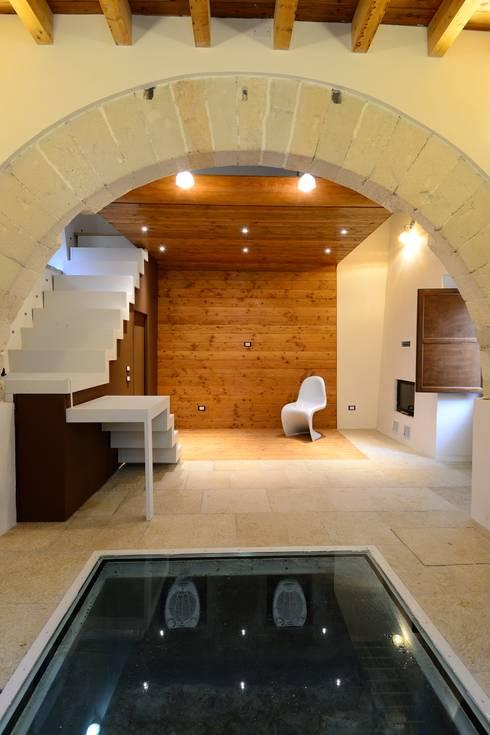 livingroom: Soggiorno in stile in stile Mediterraneo di Ad'A