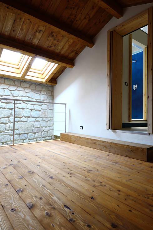 Case Coppola: Camera da letto in stile in stile Mediterraneo di Ad'A