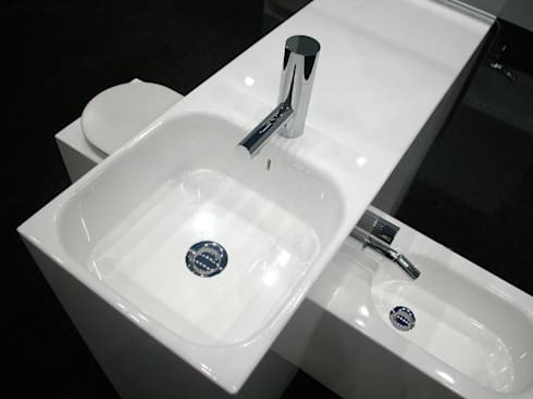Loiça sanitária integrada IESSE: Casas de banho modernas por Atelier Pedro Silva Dias