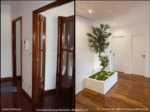 o antes e o depois...: Corredores e halls de entrada  por AreA7