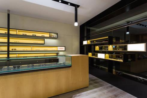OMR_AM_4: Lojas e espaços comerciais  por XYZ Arquitectos Associados