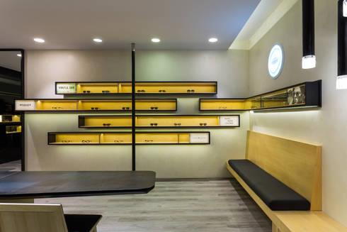 OMR_AM_10: Lojas e espaços comerciais  por XYZ Arquitectos Associados