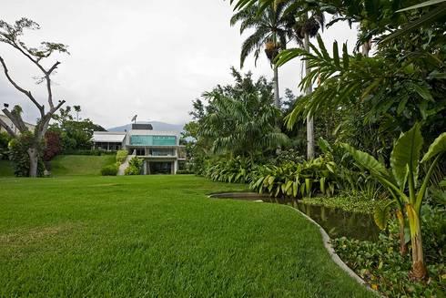 Casa MR: Jardines de estilo moderno por oda - oficina de arquitectura