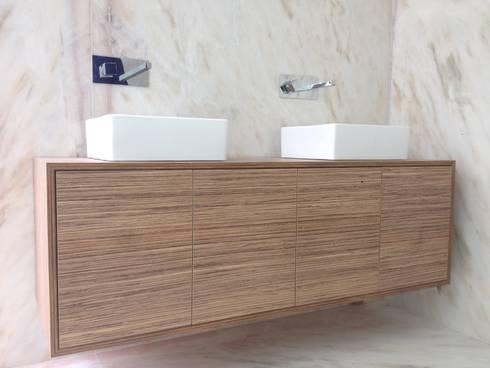Móvel de Casa de Banho : Casas de banho modernas por Carpinteiros.pt