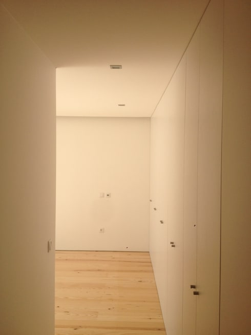 Roupeiros: Quartos modernos por Carpinteiros.pt
