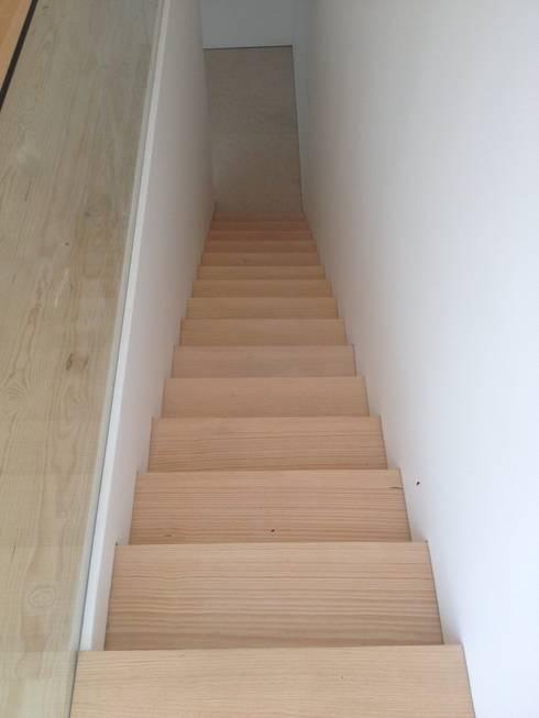 Escadas em Pinho : Corredores e halls de entrada  por Carpinteiros.pt