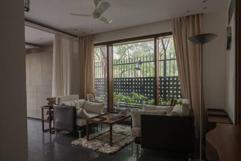 Conversation Room: modern Living room by Design Plus