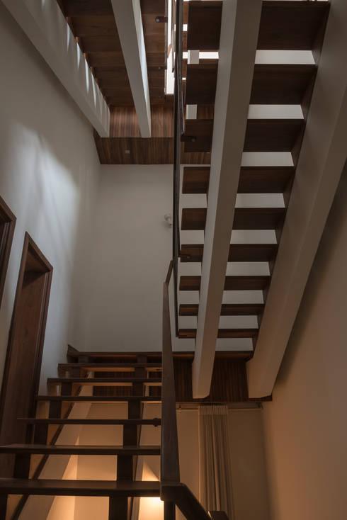 Teak Staircase:  Corridor & hallway by Design Plus
