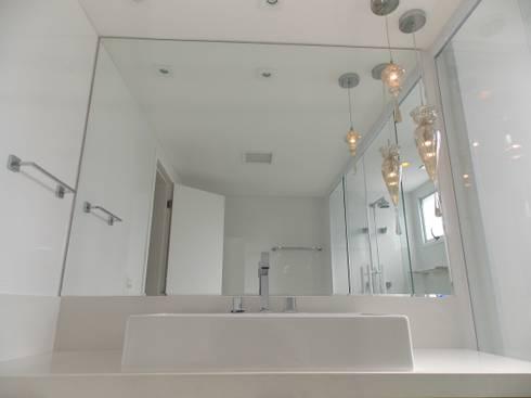 Apartamento A+R: Banheiros modernos por Tiago Rocha Interiores