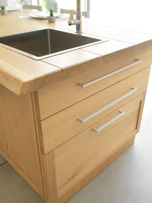 Cucina con isola in rovere massello su misura di la bottega del falegname homify - Cucina falegname ...