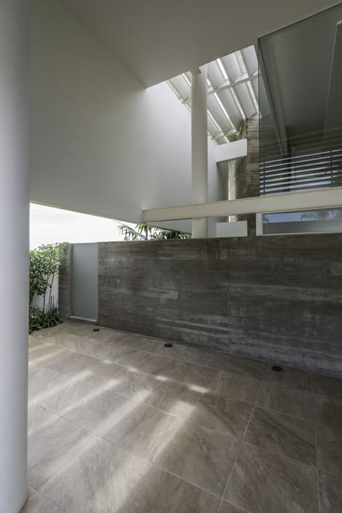 Residência Ipê Branco: Casas modernas por Barillari Arquitetura