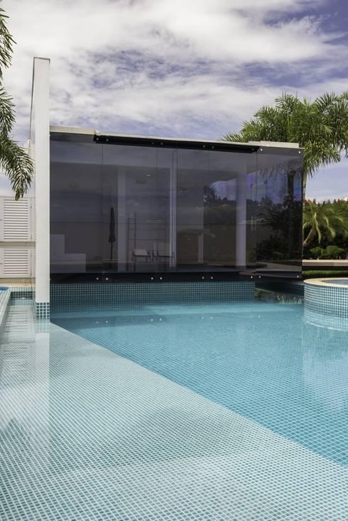 Residência Ipê Branco: Piscinas modernas por Barillari Arquitetura