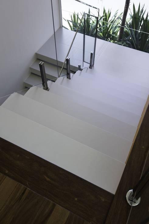 Residência Ipê Branco: Corredores e halls de entrada  por Barillari Arquitetura