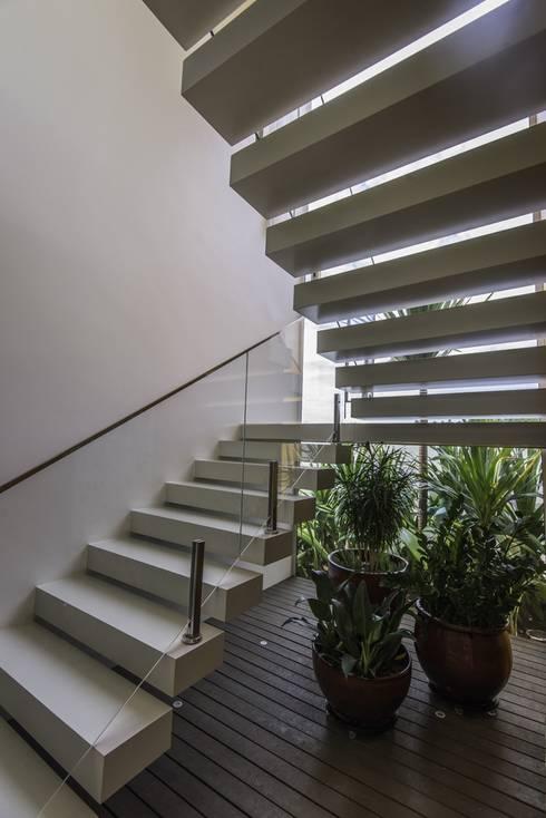 Pasillos y vestíbulos de estilo  por Barillari Arquitetura
