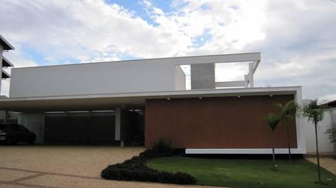 Residência Buritis: Casas modernas por Barillari Arquitetura