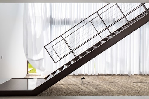 Casa R&D - Esquadra Arquitetos + Yi arquitetos: Corredores e halls de entrada  por Joana França